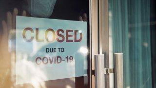 """Negocio con aviso en la puerta que dice """"Cerrado por coronavirus"""""""