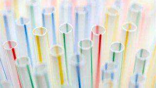 Imagen genérica de pajitas, popotes o pitillos de plástico para beber