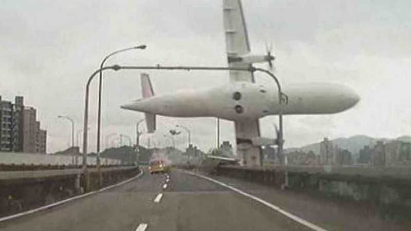 TLMD-taiwan-taipei-avion-estrellado-accidente-en-rio