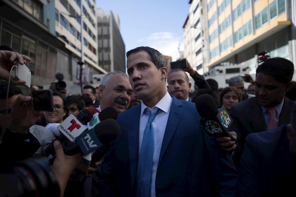 Juan Guaidó (c), rodeado de miembros de la prensa, en las inmediaciones del Palacio Federal Legislativo
