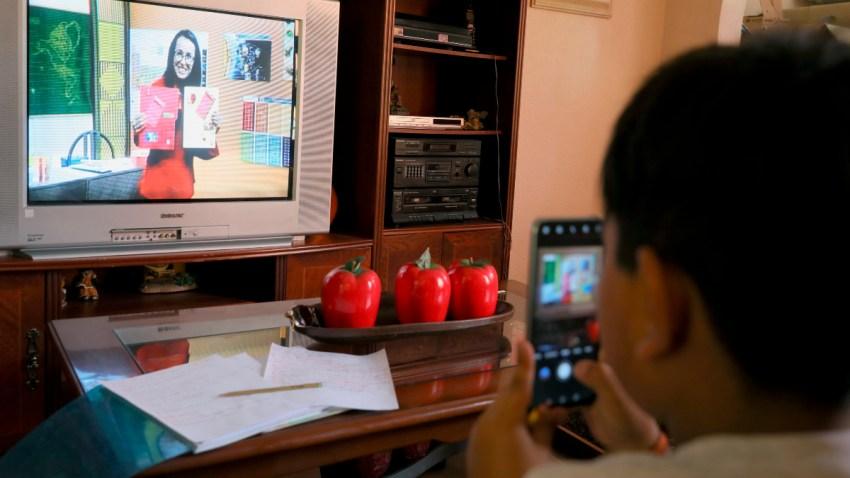 Menor toma clases a través de la televisión