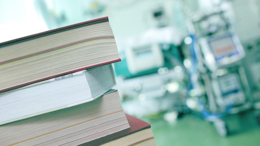 Foto genérica de libros en un hospital.
