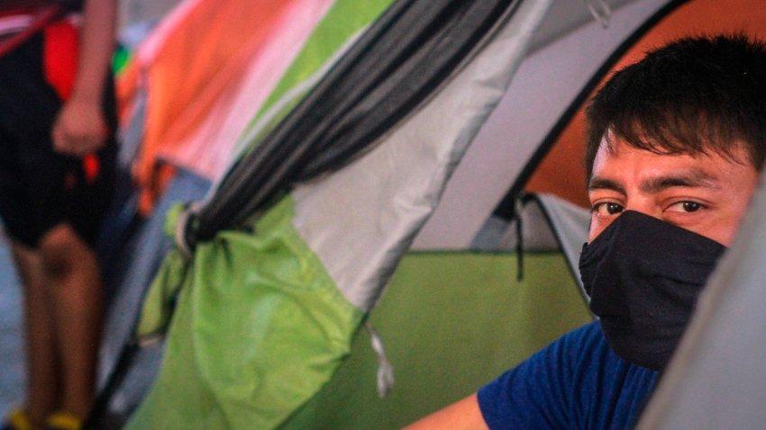 Migrante en un campamento en Tijuana