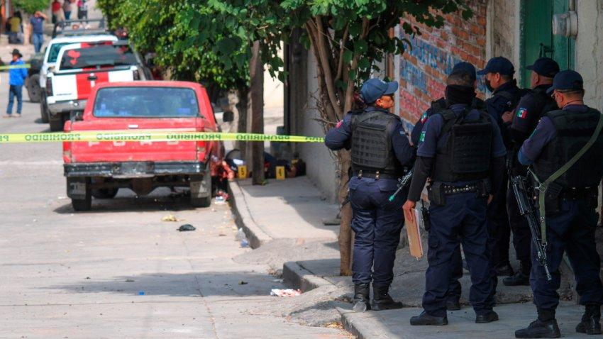 Grupo de policías vigila una escena de crimen en Guanajuato