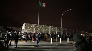 Migrantes cubanos intentan cruzar a México desde EEUU