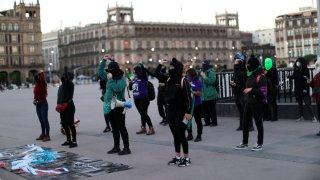 Mujeres mexicanas cantan un violador en tu camino