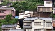 Captan instante en que casa se desploma en una colina