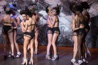 Unos 28 modelos transexuales y travestidos pasearon los diseños de Ronaldo Fraga en la Semana de la Moda en Sao Paulo, Brasil.