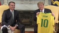 El presidente de Brasil fue recibido en la Casa Blanca por Trump, a quien le entregó una camiseta.