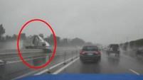 Un video capturó el dramáticomomento en que un camion se estrella contra la barrera divisoria de la autopista 91, en el Condado de...