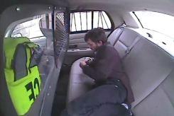 Joven detenido sale disparado en escalofriante choque