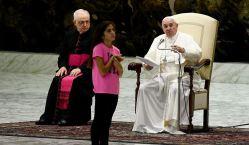 Niña interrumpe al papa Francisco y su reacción no tiene precio