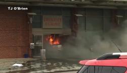Policía: hombre se estrella contra hospital y luego se prende fuego