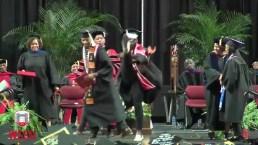 Ceremonia de graduación acaba en insólita demostración de baile