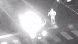 En cámara: auto estalla en llamas con conductor adentro