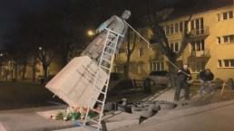 Derriban estatua de fallecido cura señalado por supuestos abusos a niños