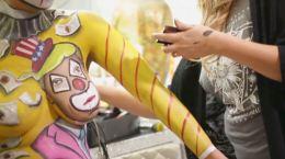 Artista mexicana pinta a Trump como payaso sobre un seno