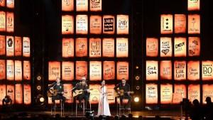 Artistas recuerdan a víctimas de masacre en los Grammy
