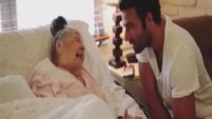 JenCarlos sorprende a una admiradora de 96 años