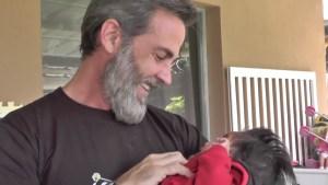 Carlos Ponce va con sus hijas a orfanato en Guatemala