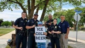 """Llaman a la policía por niño que vendía """"cerveza fría"""" en la calle"""