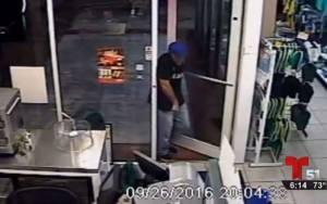 Ladrón roba en tienda con una pistola Taser