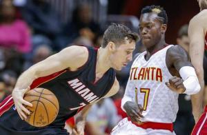 Howard logra doble-doble y los Hawks vencen al Heat