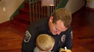 Graban a policía cuando logra revivir a niño de 3 años