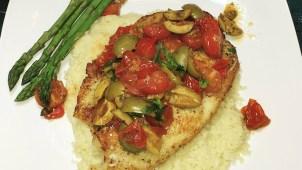 Receta Ganadora: Tilapia en salsa de tomates frescos sobre arroz de coliflor