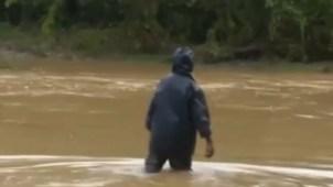 Evacúan a miles por inundaciones en Cuba