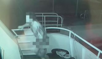 Captado en cámara ladrón que roba desnudo en un yate