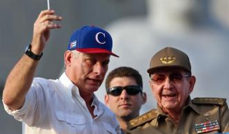 Raúl Castro recibe a Díaz-Canel al regresar de Venezuela