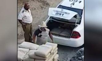 Policías captados en cámara llevándose sacos de cemento