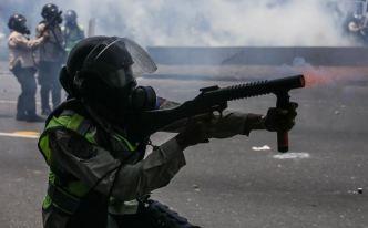 Opositores y fuerzas militares chocan en Caracas