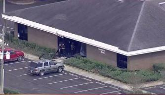 Hombre armado asalta un banco y mata a 5 personas