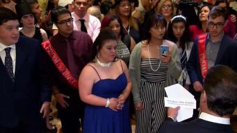 Celebran fiesta de graduación a jóvenes con autismo