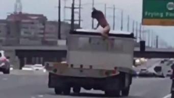 Conductor desnudo causa sorpresa y caos en carretera
