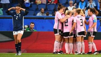 Kim Little rompe la defensa argentina y anota el primero de Escocia