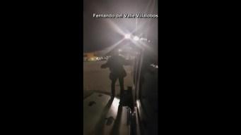Pasajero de avión se baja por la puerta de emergencia