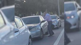 Furioso conductor intenta romper vidrios de otro auto