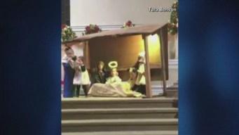 Niñas se pelean por el niño Jesús en plena escena de Natividad