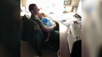 Oficiales fronterizos cuidan a bebé de madre migrante
