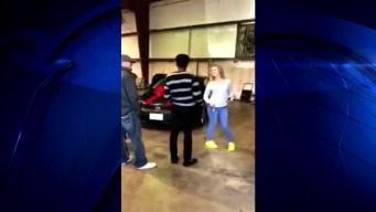 Padres regalan auto al novio de su hija adolescente