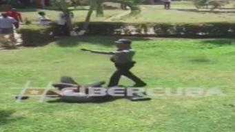 Policía cubano apunta con arma a estudiante extranjero
