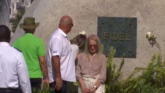 Viuda de Fidel Castro visita  su tumba