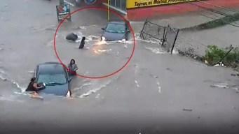 """Video: se la """"traga"""" una alcantarilla en plena inundación"""
