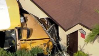 Choca autobús escolar contra casa en Hialeah