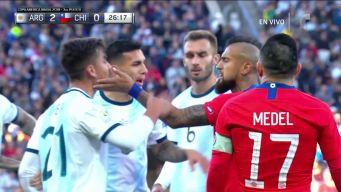 Arturo Vidal le toca la cara a Dybala y todos se pelean