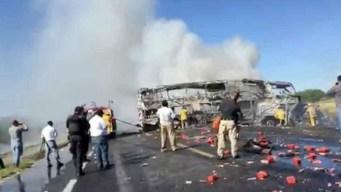 Choque de una pipa con un autobús causa muertes