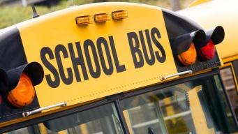 5 niños hospitalizados tras choque de autobús escolar